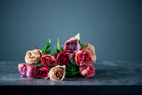 Artificial antique roses on stony background.の写真素材 [FYI04291340]