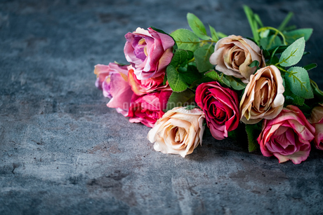 Artificial antique roses on stony background.の写真素材 [FYI04291344]