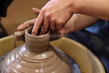陶器のろくろ体験をする男性の写真素材 [FYI04291357]