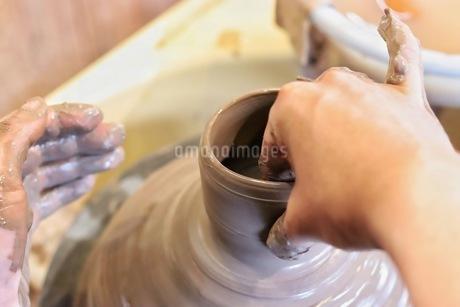 陶器のろくろ体験をする人の写真素材 [FYI04291358]