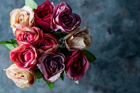 Artificial antique roses on stony background.の写真素材 [FYI04291454]