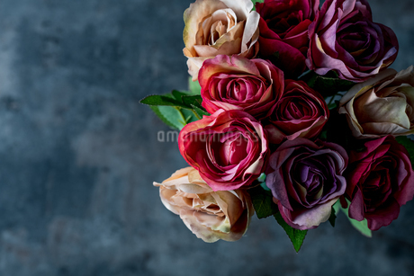 Artificial antique roses on stony background.の写真素材 [FYI04291455]