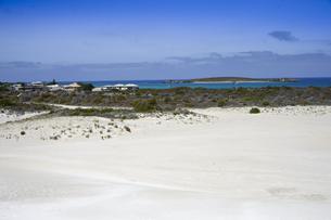 オーストラリア・西オーストラリア州にある「西オーストラリアの雪」と言われているランセリン大砂丘と海と島と白い建物のある景観の写真素材 [FYI04291558]