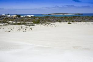 オーストラリア・西オーストラリア州にある「西オーストラリアの雪」と言われているランセリン大砂丘と海と島と白い建物のある景観の写真素材 [FYI04291559]