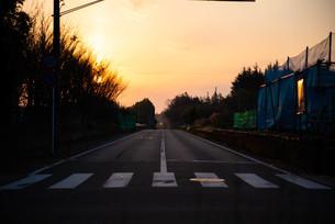 朝焼けへの一本道の写真素材 [FYI04291589]