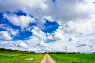 雲の多い日の写真素材 [FYI04291690]