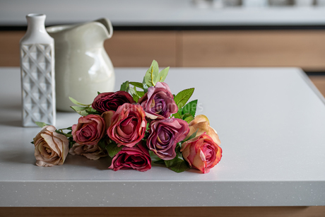 Artificial antique roses on kitchen table. Quiet and cozy kitchen concept.の写真素材 [FYI04292038]