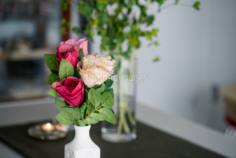 Artificial antique roses on kitchen table. Quiet and cozy kitchen concept.の写真素材 [FYI04292045]