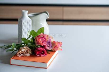Artificial antique roses on kitchen table. Quiet and cozy kitchen concept.の写真素材 [FYI04292058]