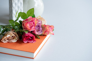 Artificial antique roses on kitchen table. Quiet and cozy kitchen concept.の写真素材 [FYI04292059]