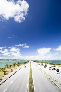 勝連半島と平安座島を結ぶ海中道路の写真素材 [FYI04292073]
