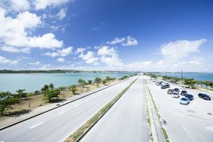 勝連半島と平安座島を結ぶ海中道路の写真素材 [FYI04292074]