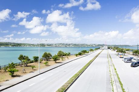 勝連半島と平安座島を結ぶ海中道路の写真素材 [FYI04292075]