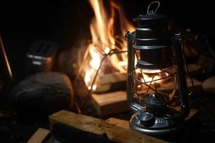 焚き火とランタンの写真素材 [FYI04292393]