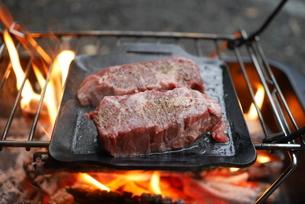 野外ステーキの写真素材 [FYI04292402]