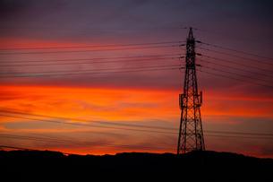 夕焼と鉄塔の写真素材 [FYI04292767]