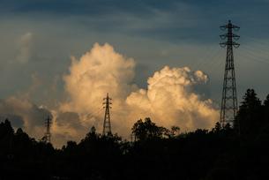 入道雲と鉄塔の写真素材 [FYI04292768]