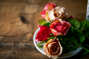 Artificial antique roses on wood background.の写真素材 [FYI04292857]