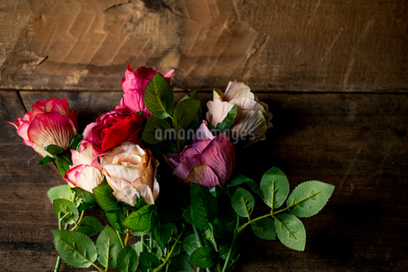 Artificial antique roses on wood background.の写真素材 [FYI04292858]