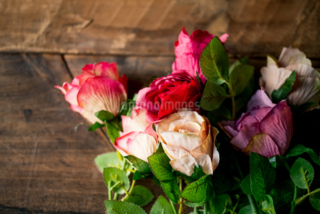 Artificial antique roses on wood background.の写真素材 [FYI04292859]