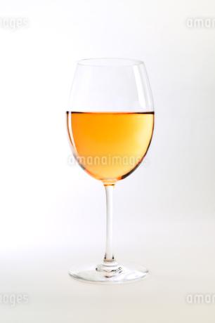 ワイングラス一杯のロゼワインの写真素材 [FYI04292877]