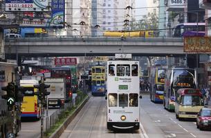香港の街を行く路面電車トラム。英国植民地時代から走り続けるの写真素材 [FYI04293015]