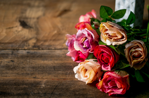 Artificial antique roses on wood background.の写真素材 [FYI04293038]