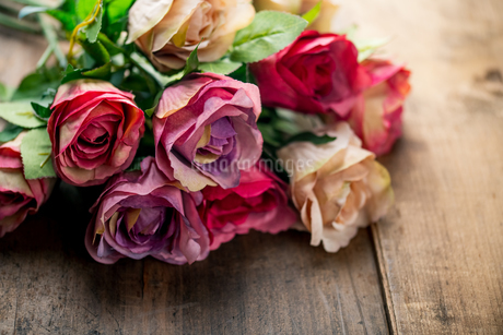 Artificial antique roses on wood background.の写真素材 [FYI04293039]