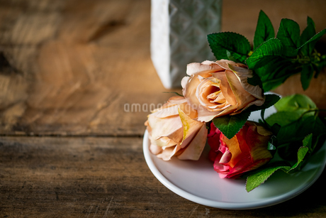 Artificial antique roses on wood background.の写真素材 [FYI04293040]