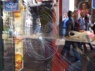 割れた窓 オランダ アムステルダム 暴力 の写真素材 [FYI04293117]