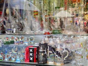 マリファナ ガラスボング 喫煙具 お店 オランダ アムステルダム の写真素材 [FYI04293119]
