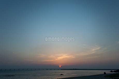 オレンジ色の夕日と飛行場の誘導灯の写真素材 [FYI04293185]