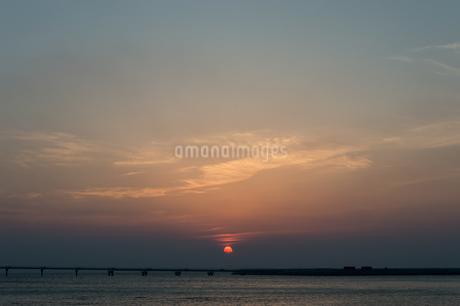 オレンジ色の夕日と飛行場の誘導灯の写真素材 [FYI04293213]