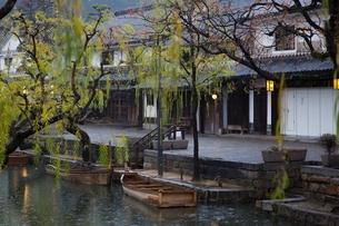 小雨降る早朝の倉敷美観地区の写真素材 [FYI04293252]