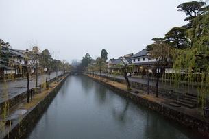 小雨降る早朝の倉敷美観地区の写真素材 [FYI04293257]