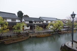 小雨降る早朝の倉敷美観地区の写真素材 [FYI04293258]