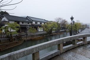 小雨降る早朝の倉敷美観地区の写真素材 [FYI04293263]