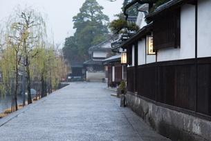 小雨降る早朝の倉敷美観地区の写真素材 [FYI04293264]