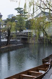 小雨降る早朝の倉敷美観地区の写真素材 [FYI04293269]