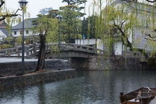 小雨降る早朝の倉敷美観地区の写真素材 [FYI04293273]