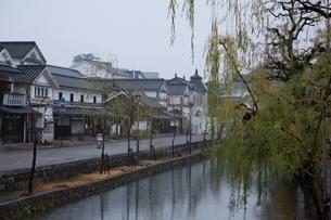 小雨降る早朝の倉敷美観地区の写真素材 [FYI04293276]