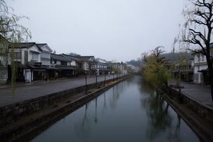 小雨降る早朝の倉敷美観地区の写真素材 [FYI04293279]