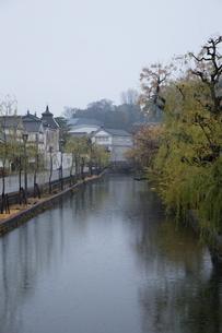 小雨降る早朝の倉敷美観地区の写真素材 [FYI04293282]