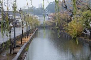 小雨降る早朝の倉敷美観地区の写真素材 [FYI04293284]