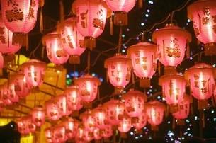 台湾 台北 ランタン祭り 灯篭 赤 夜市 の写真素材 [FYI04293452]