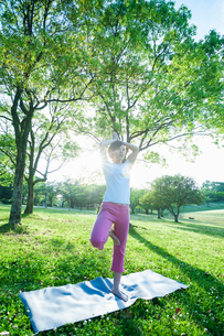 公園でヨガをする女性の写真素材 [FYI04293583]