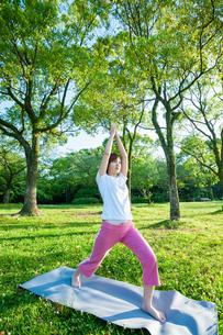 公園でヨガをする女性の写真素材 [FYI04293587]