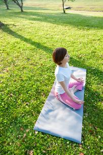 公園でヨガをする女性の写真素材 [FYI04293592]