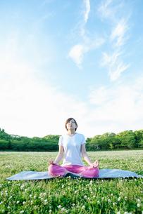 公園でヨガをする女性の写真素材 [FYI04293599]