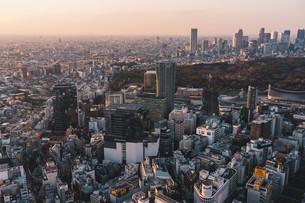 夕暮れの東京都心のビル群の写真素材 [FYI04293608]